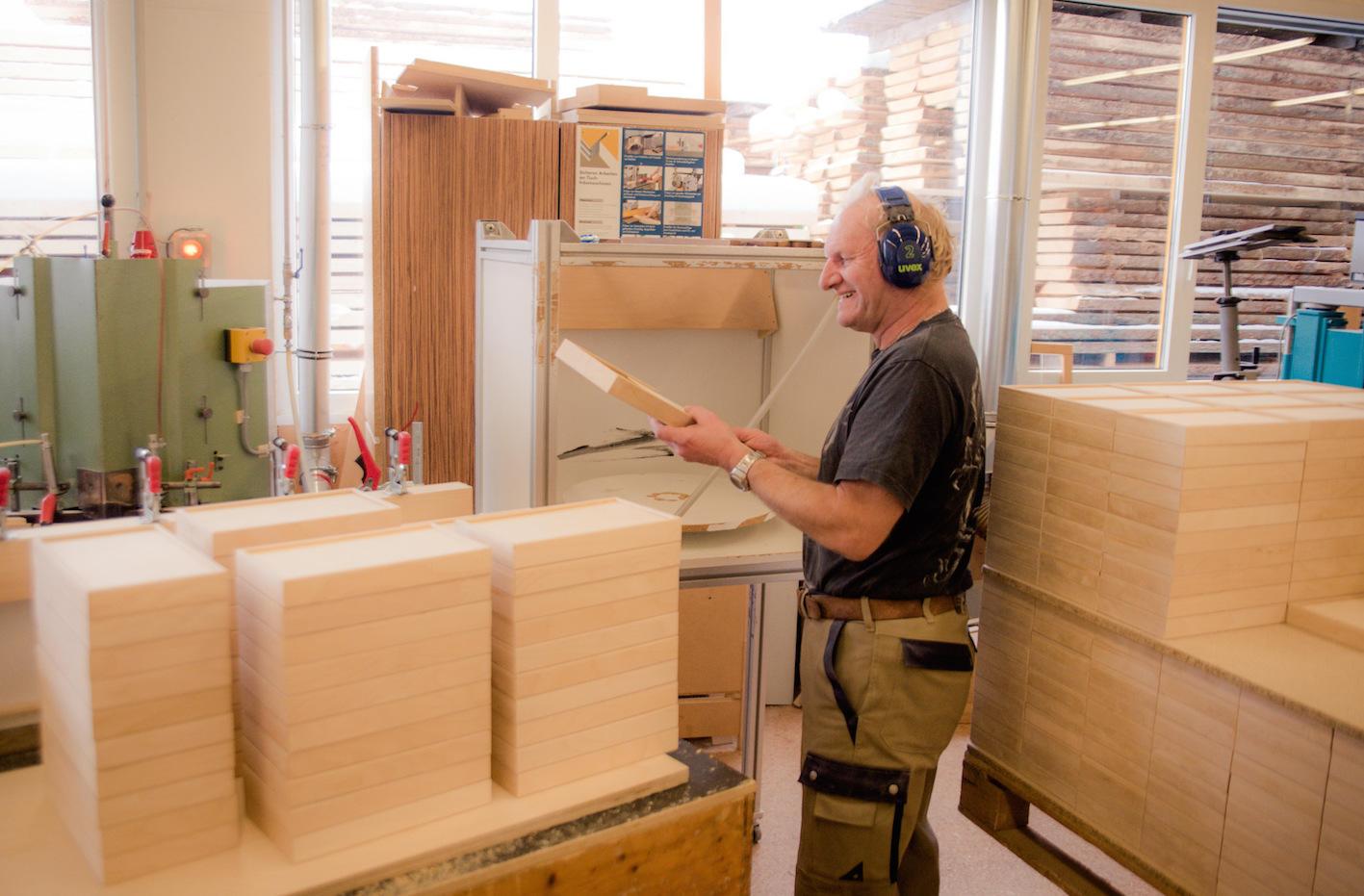 Handarbeit-Fertigung-Holzbox-de-Deutschland-Menschen-mit-Behinderung-02