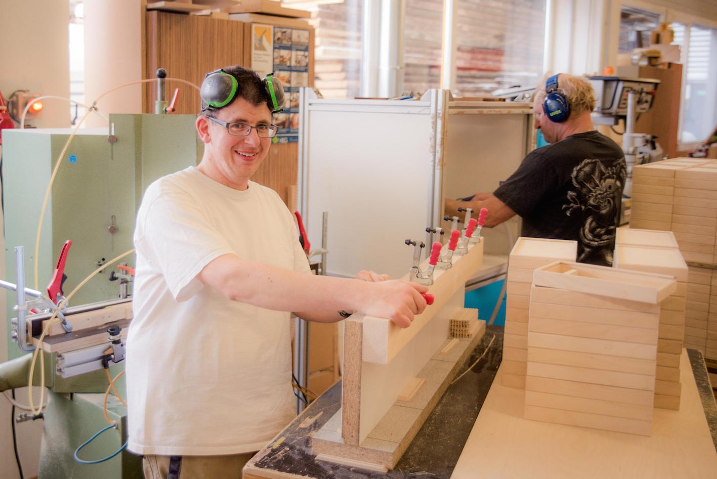 Handarbeit-Fertigung-Holzbox-de-Deutschland-Menschen-mit-Behinderung-01